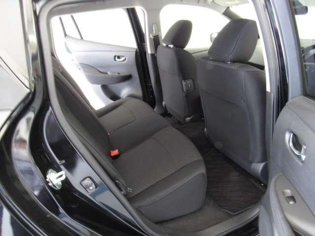 電気自動車はバッテリーのせいで室内が狭い?あまく見てはいけません!後部座席はこれだけのスペースがあり、身長175cmの私でも余裕で座れちゃいます♪