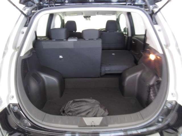 後部座席はセパレートタイプになっていますので片側のみ折りたたんで荷物を載せることのできます◎
