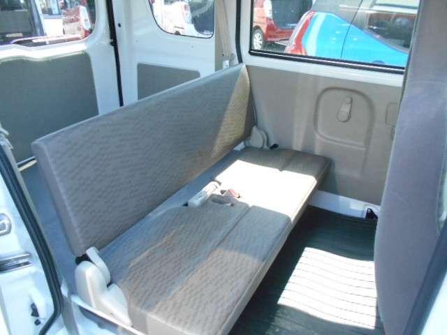 ステップは、前席355mm、後席375mmという軽キャブバンクラスで最も低いステップ高。頻繁な乗り降りや荷物の積み降ろしもスムースにできます。