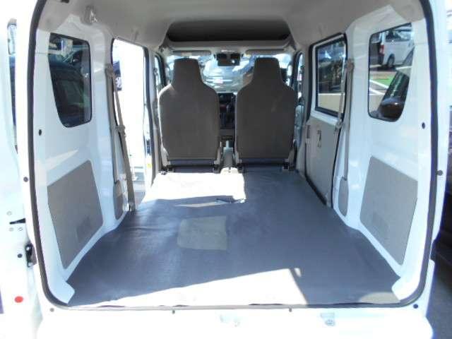 フラットな荷室床面とボディサイドパネルを立てた箱型デザインで、積み込みやすい荷室スペースを確保◎