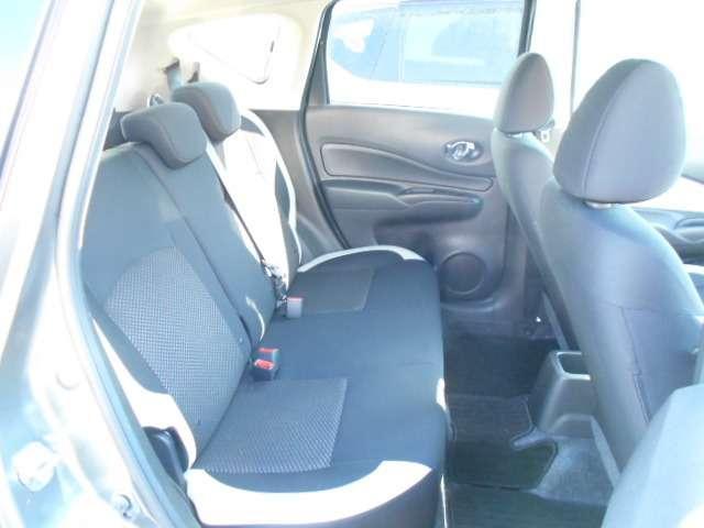 コンパクトカーと言ってもあまく見てはいけません!後部座席はこれだけのスペースがあり、身長175cmの私でも余裕で座れちゃいます♪