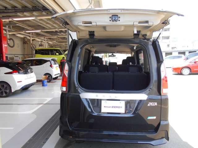 セレナの沢山ある魅力の中でもお客様に評判の良いデュアルバックドア!狭い駐車場でも後ろとの間隔が通常の半分で開閉が可能ですので、駐車場から移動させなくても荷物の積み下ろしが可能になりました!