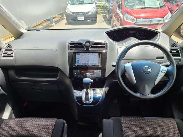 視点が高く、周りが見えやすいシート位置となっております。運転する時の眺めもいいですよ♪アームレストもあるので、長時間ドライブが楽しくなりますね!