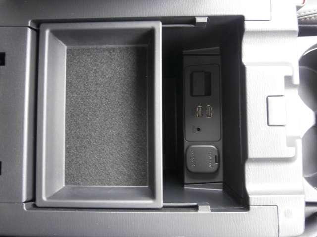 USB端子等は肘掛ボックスの中に!