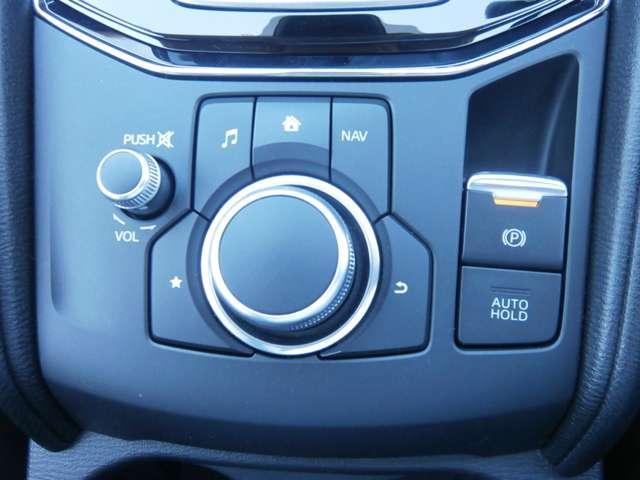 マツダコネクトの操作のコマンダーです。ナビやオーディオ、車両の色々な装備の調整などができます。ブレーキを保持するオートホールド機能も有ります。