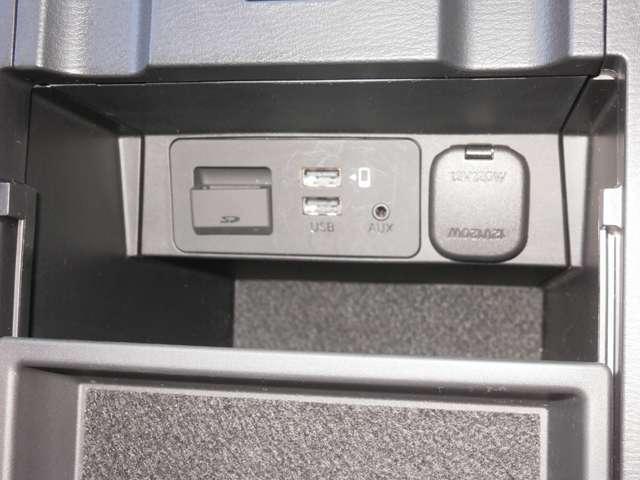 アームレスト下には小物BOXが有ります。中にはUSBや充電用ポートが有ります。
