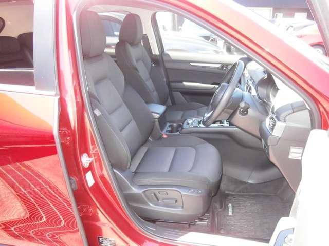 運転席・助手席のシートです☆大きくて疲れにくいシート形状ですので長距離運転もラクラクです☆