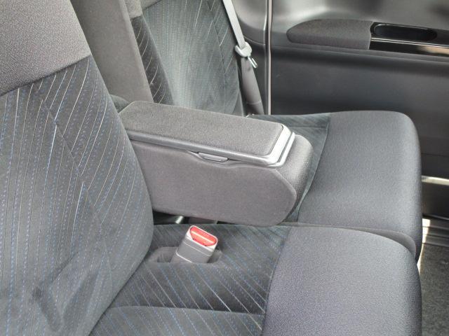 意外と重宝されるアームレスト(肘置き)!一度使い慣れたら、ある車と無い車では疲れ方が全然違います!