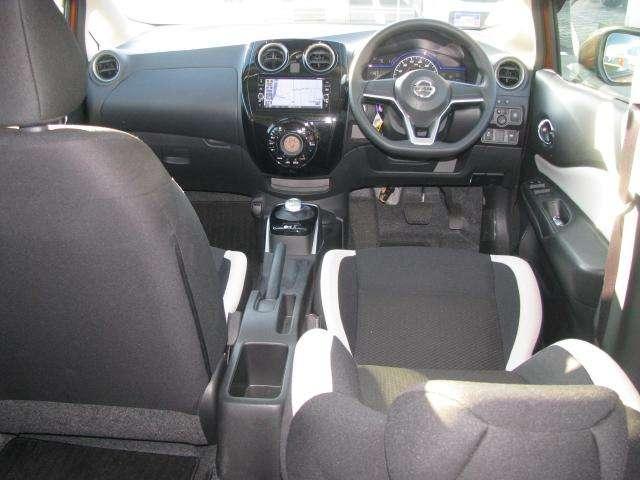 トリコットタイプの乗心地がいいフロントシ-トです。程よいホールドをしてくれるので、長距離ドライブにも適しています。