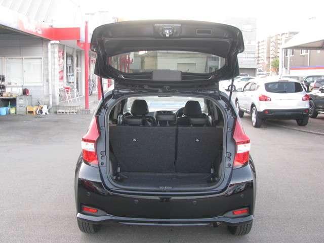 後ろのスペースをあまり使わずに開けられるようにしたバックドアです。ショッピングの後に荷物を載せる際も気軽に開けていただくことができるので、とても便利ですね♪
