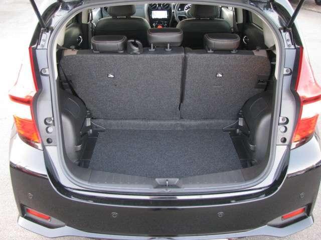 底が深いトランクルームとなっており、荷物がなだれ落ちてくることを防いでくれます。5人座れる状態のシートでも多くの荷物を載せられるだけのスペースを確保しております。