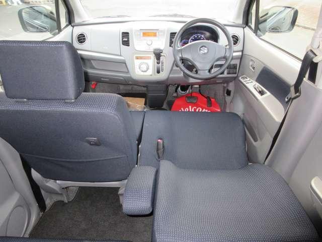 厚いクッションのシートとなっておりますので、ゆったりとしながら運転を楽しむことができます。前列シートにはアームレストがありますので、長時間運転にも適しております。