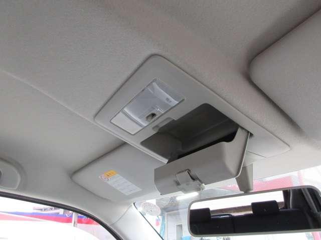 運転席上部にはサングラスを収納できるスペースもございます!