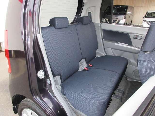 リアシートも乗り降りがしやすく、フラットになっております。真ん中の方用のシートベルトもしっかり付けることができます。