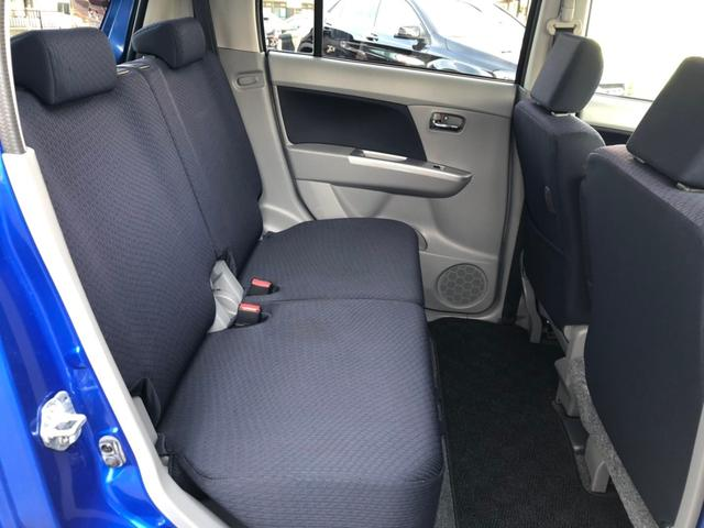 後部座席のシートは目立った汚れも無く綺麗です。リクライニングも付いており、ゆったりとくつろげます。