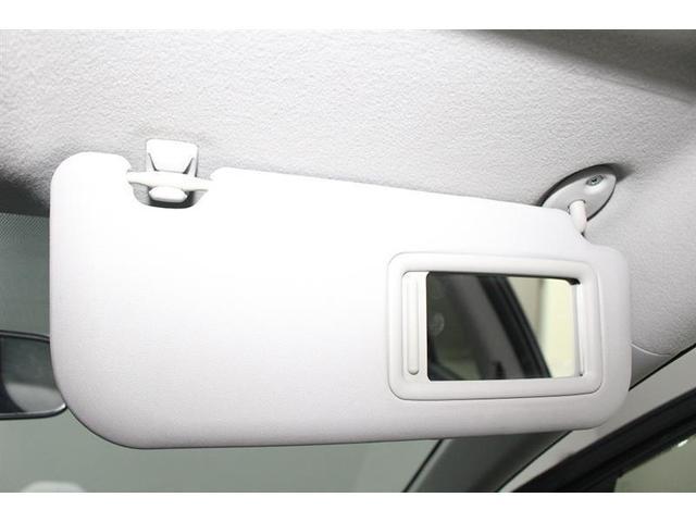 サンバイザーは眩しい日差しを遮るほかにも、裏のミラーで身だしなみを整えることが出来ます。
