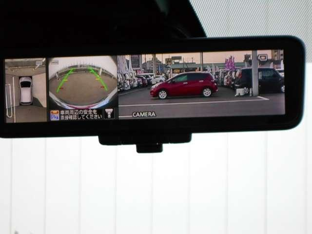 スマートルームミラー:車両後方のカメラ映像をミラー面に映し出すので、車内の状況や、天候などに影響されずいつでもクリアな後方視界が得られます。