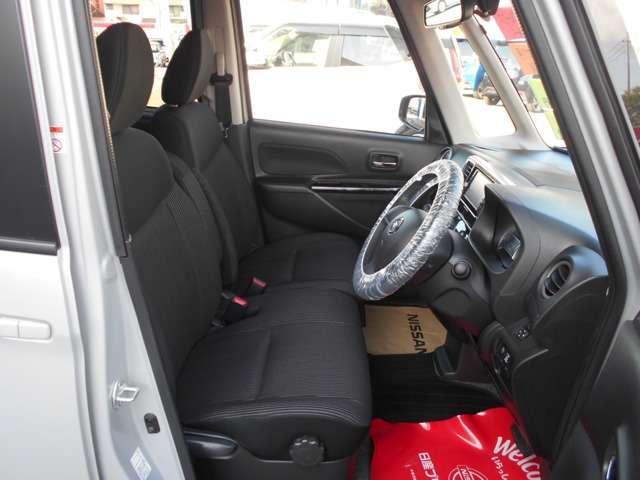 前席です。センターコンソールが無いので車内での左右移動が出来ます。