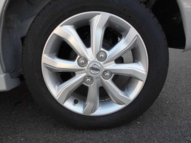 純正アルミホイールです。タイヤの溝も残っています。