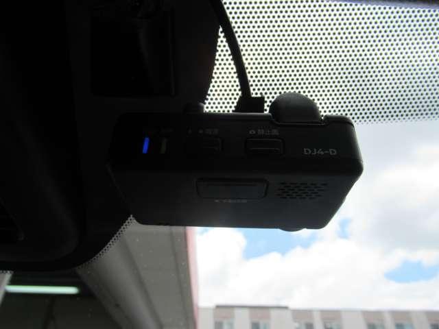 ドライブレコーダー☆いくら安全運転をしていても、事故に巻き込まれることもあります。万が一のときに証拠として使えるドライブレコーダー純正オプションで4万円ほどかかるものが付いています!