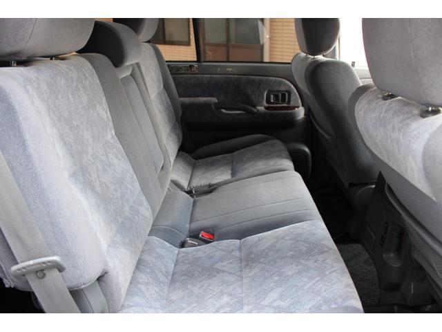 【後部座席】 綺麗、清潔に仕上げております。内装の綺麗なお車は気持ちが良いですしコンディションの良いお車が多いです☆