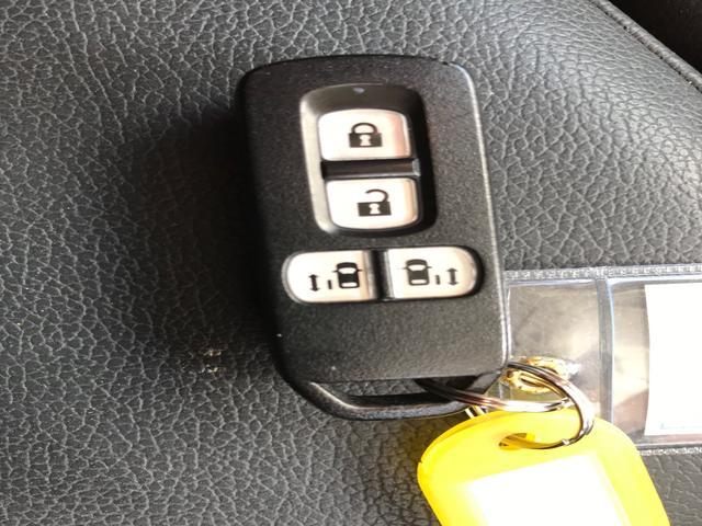 スマートエントリーキーシステムです。 鍵を持っていればドアロック、解除、エンジン始動も楽チンです。 イチイチ鍵を出す手間も無くなりますよ。 悪天候時にも重宝しますね。