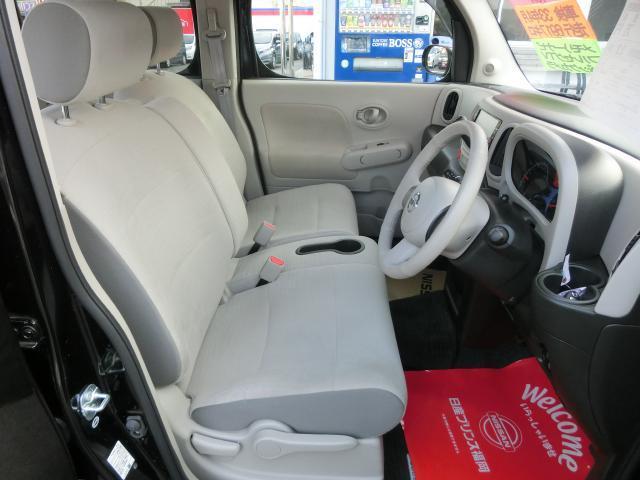 前席です。ベンチタイプになっているので車内での左右移動が出来ます。
