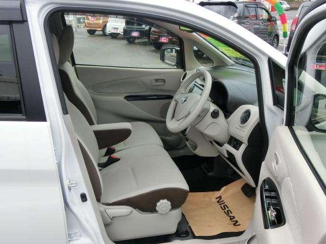 前席です。センターコンソールがないので車内での左右移動が出来ます。