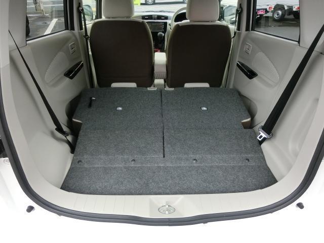 後部座席を倒すと少し長さのあるものも積載することが出来ます。