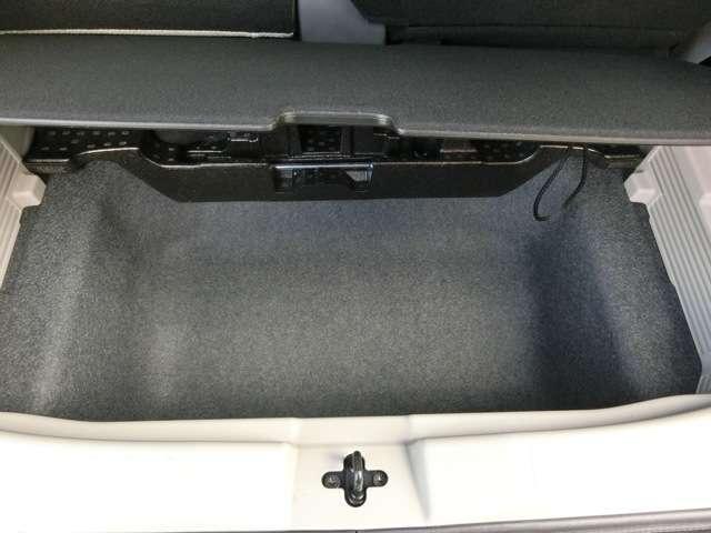 ラゲッジボードの下にも大容量の収納スペースがあります。