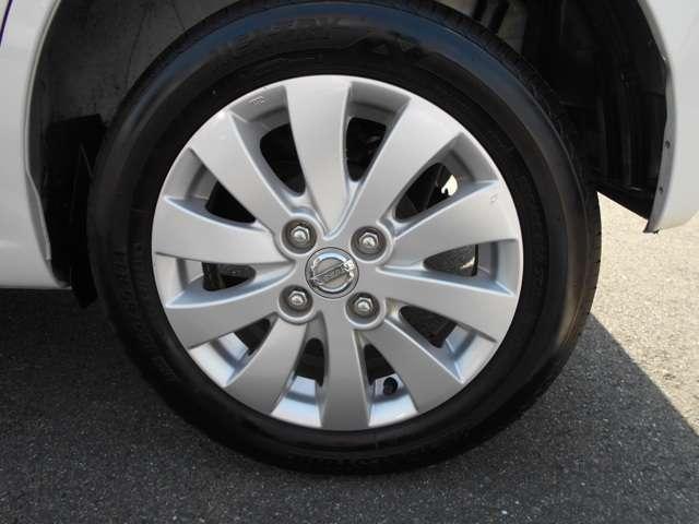 純正のアルミホイールです。タイヤの溝も残っています。