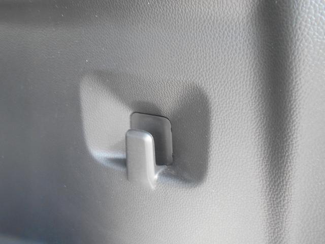 トランクルームには、カバンやレジ袋をかけるのに丁度いいフック付きです!