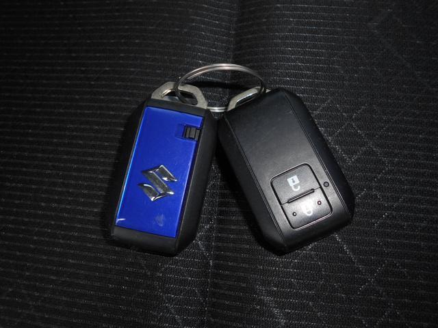 車両キーは携帯に便利なリモコン式です。スペアも付いています。