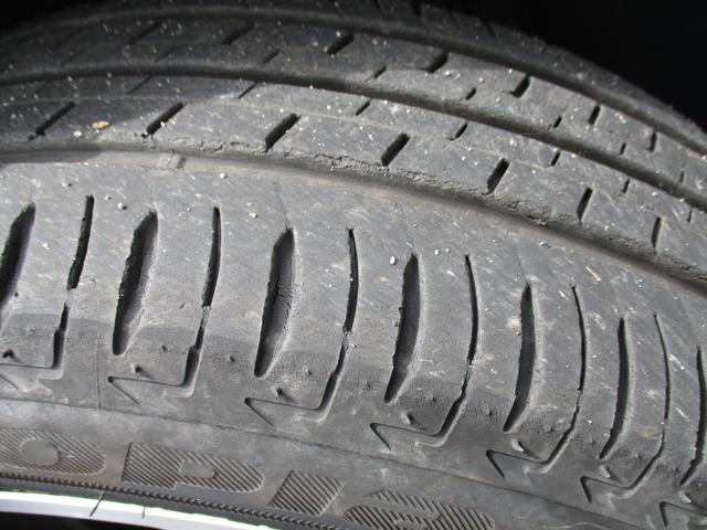 フロントタイヤの状態です。まだタイヤの目は残っています。