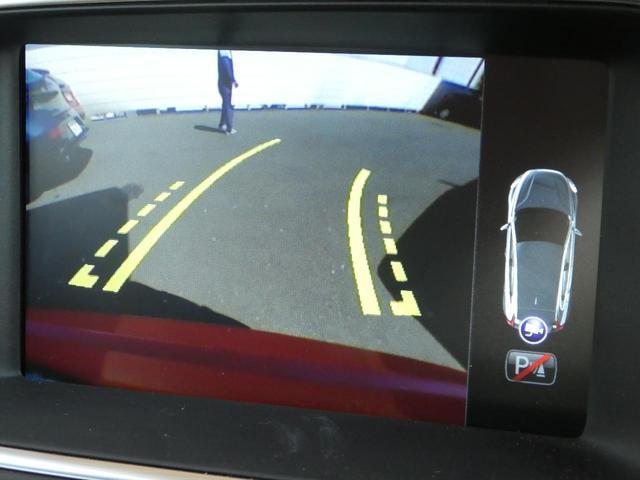 便利なバックビューカメラを装備し、ステアリング舵角に合わせたガイドライン表示もおこないます。女性オーナー様からも好評のCTA(クロストラフィックアラート)も内蔵し、見えない死角からの危険も警告します