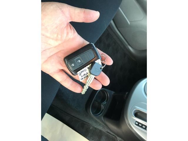スマートキー・キーフリーシステム(鍵はポケットに入れたまま、ボタンを指でタッチするだけで、ドアの開け閉めが出来ます。雨の日に大活躍しますよ!)