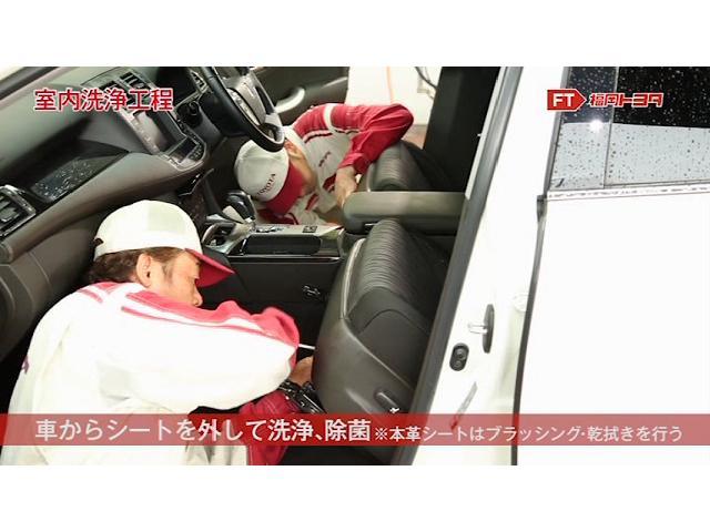 車からシートを外して作業します。これによってシートレールやシートの下に隠れている部分まできれいに洗浄、除菌することができます。(一部シートを外していない車もございます。)