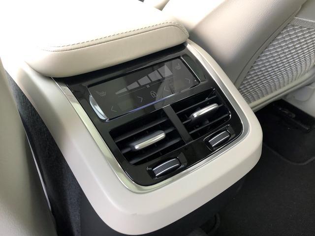 後ろに座っている人も、温度調節!?トンネルコンソール後部のタッチパネルを利用して、個別に温度を設定できます!温度とファンスピードレベルの調節が可能で、快適性を最大限に高めてくれます!