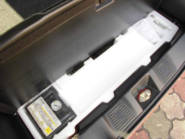 応急用パンク修理キッドとエアコンプレッサーの画像です!タイヤを外す時のジャッキ・工具も付いています!