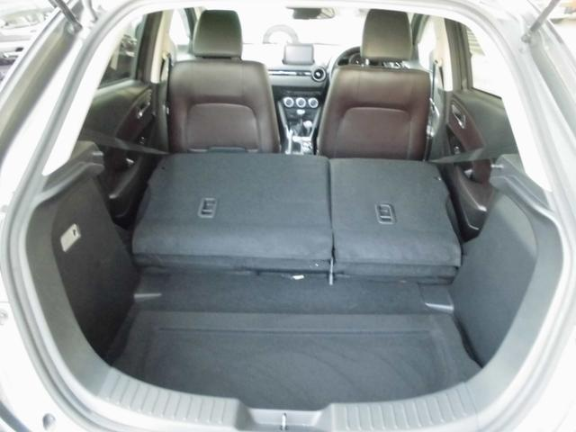 後部座席を倒すと結構荷物も積めますよ!