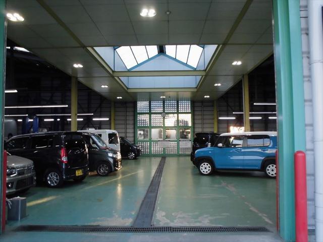 自社工場の画像です!サービススタッフが一生懸命お客様の車を整備しております!