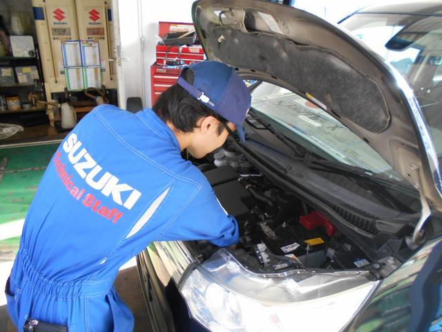 スズキのサービスマンが、自社工場でお客様のお車を整備致します。