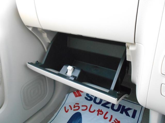 フリースペースです。車検証やちょっとした小物はこちらに収納!