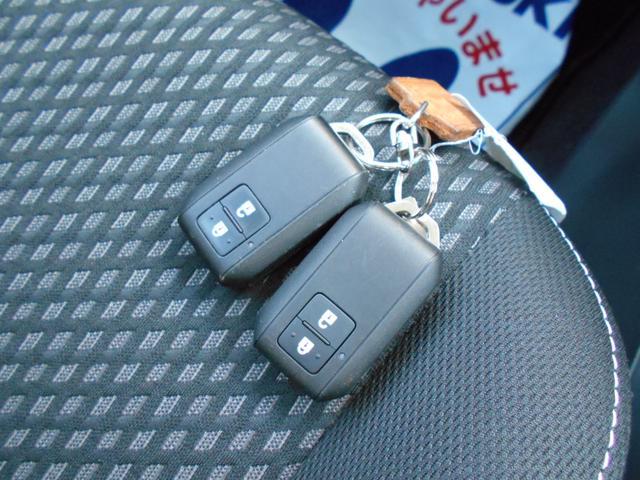 スマートキーは2個あります!持ってるだけでドアの開け閉めができますし、エンジンのON・OFFもできます!