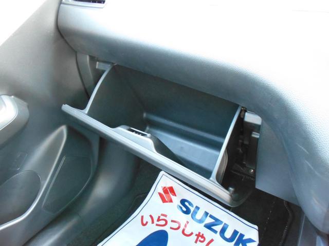 収納スペース。車検証などはこちらに収納できます。