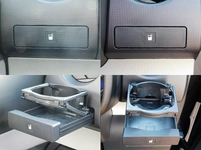 運転席と助手席には、使いたい時にワンプッシュで出てくる便利なドリンクホルダー付き