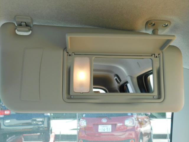 サンバイザーを下げ、ふたを開けると照明が自動的に点灯する照明付バニティミラー(運転席)☆
