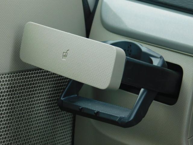 使いたい時にワンプッシュで出てくる便利なドリンクホルダー付き(助手席側)