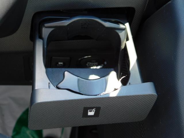 使いたい時にワンプッシュで出てくる便利なドリンクホルダー付き(運転席側)