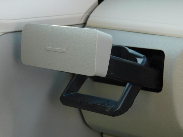 助手席には、使いたい時にワンプッシュで出てくる便利なドリンクホルダー付